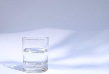 copo com água alcalina